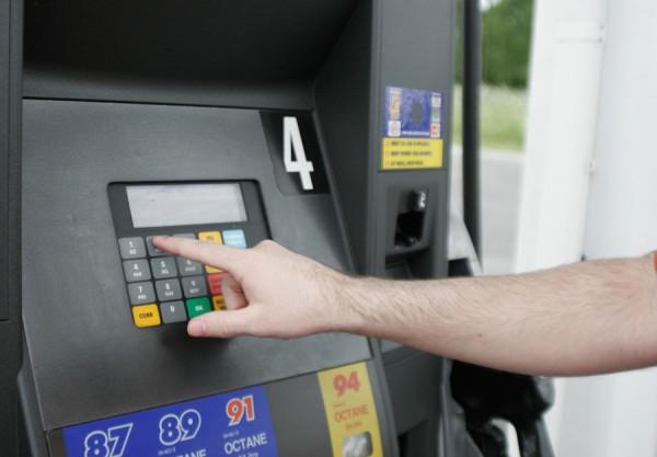 Vaciar el maletero de cosas que no necesitas y, por tanto, aligerar el peso de tu coche, puede reducir hasta en un 9% tu consumo de combustible.