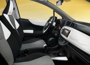 El contraste negro-blanco es el protagonista del interior del Toyota Yaris Trend.