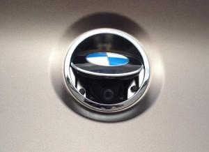 La cámara trasera se esconde bajo el logotipo de BMW.