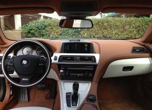 La mezcla del marrón y el blanco es una constante en el interior del BMW Serie 6 Gran Coupe.