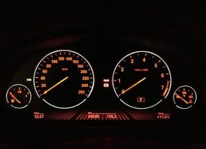 El cuadro de mandos del BMW Serie 6 Gran Coupé se vuelve de eset agresivo color cuando se activan las luces.
