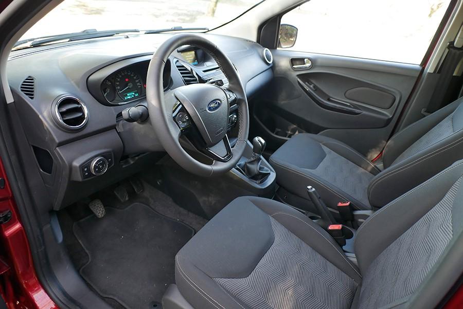 El interior del Ford Ka+ es acogedor y práctico, con materiales correctos.