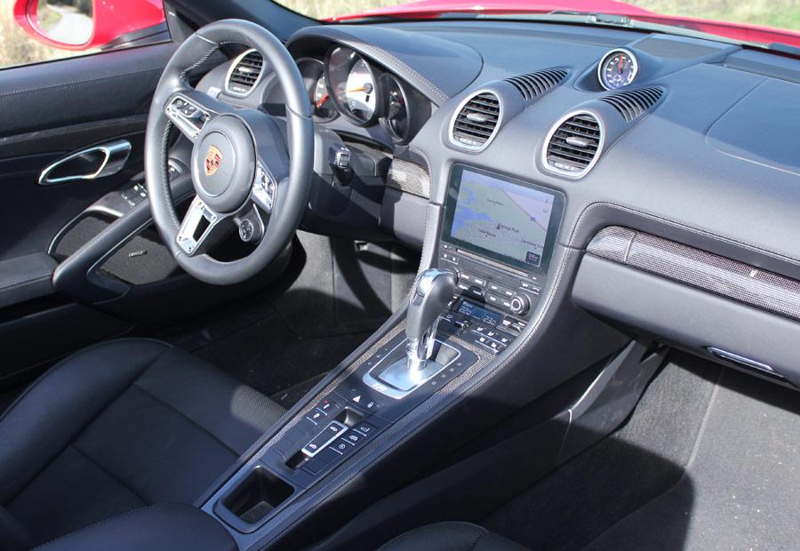 La nueva pantalla central en el salpicadero es una de las señas de identidad del nuevo Porsche 718 Boxster.