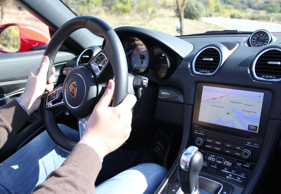 La dirección del Porsche 718 Boxster S es un ejemplo de suavidad, precisión e información de las posición de las ruedas.